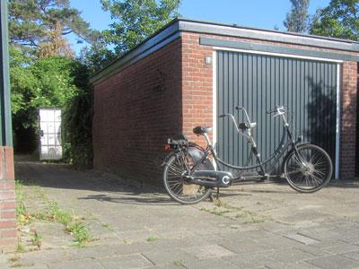 Foto van de entree en parkeersituatie aan de Geulstraat met tandem