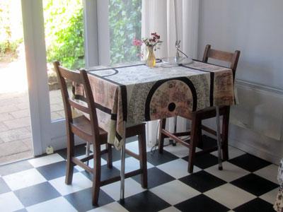 Foto van de tafel bij de tuindeuren