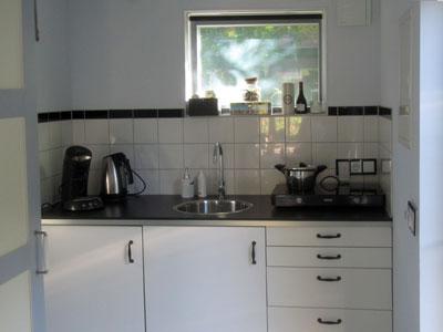 Foto van de keuken met inductiekookplaten
