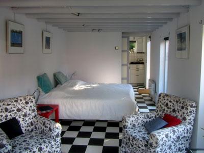 Foto van de zitslaapkamer met tweepersoonsbed
